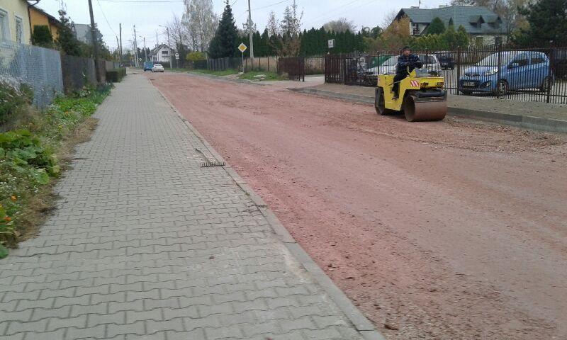 Na zdjęciu ul. Trzcińska, pracownik jedzie na walcu i ubija podkład pod nawierzchnię asfaltową