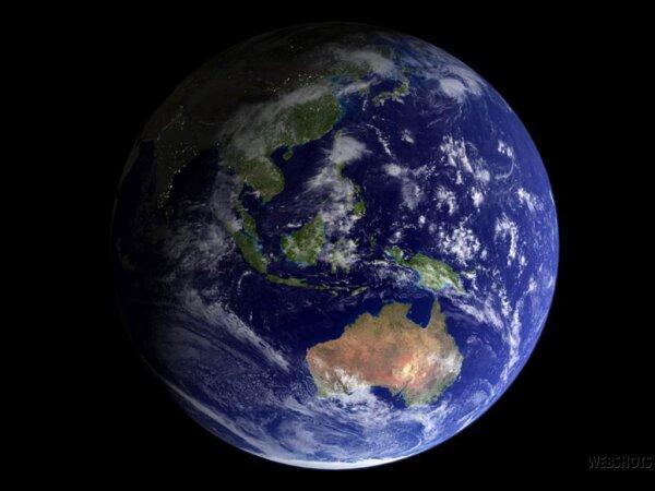 Na zdjęciu z satelity niebieska planeta ziemi na czarnym tle