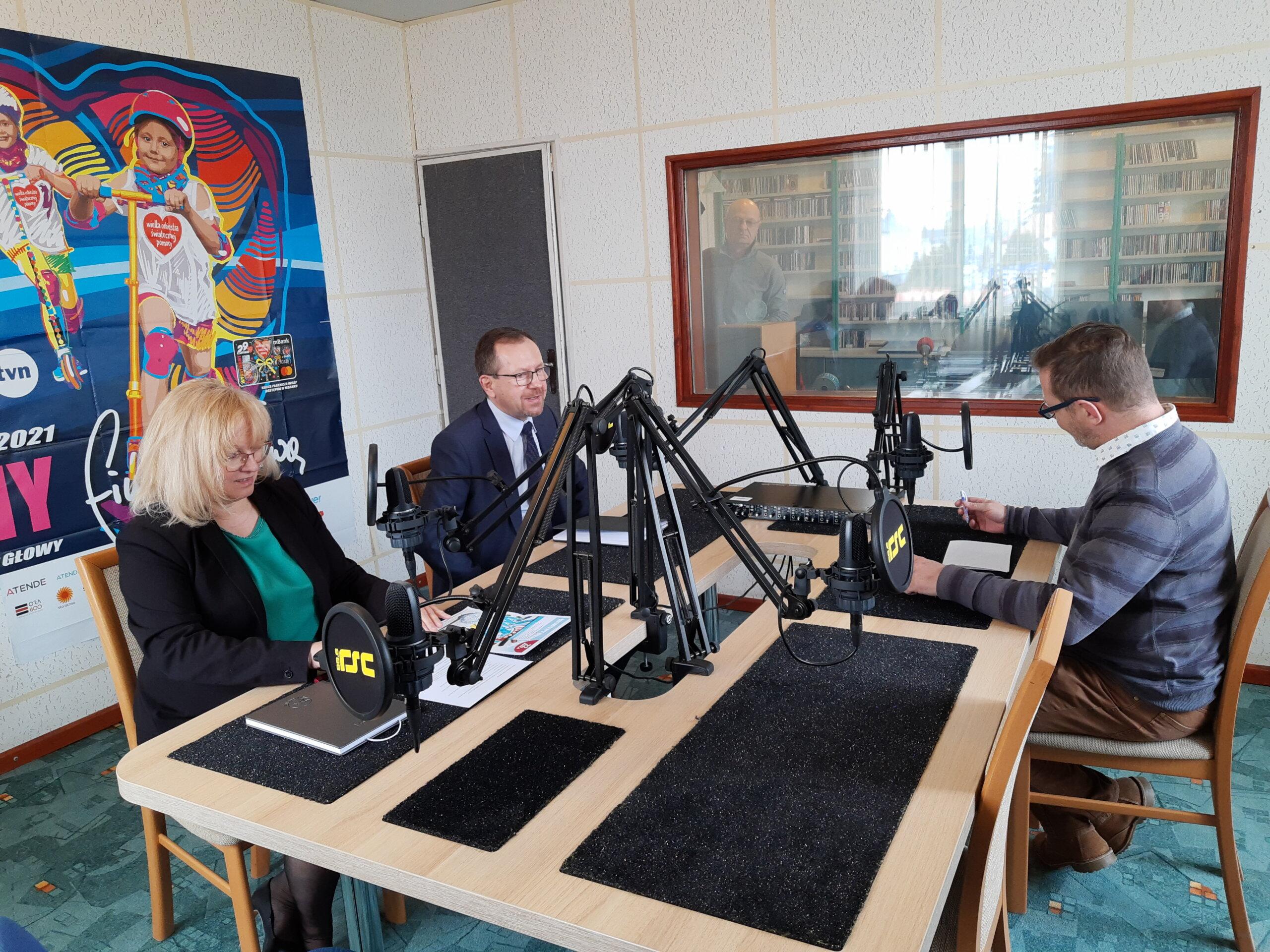 Na zdjęciu Dyrektor ds. Ekonomicznych Jolanta Gajda, Dyrektor Techniczny Tomasz Duda, udzielający wywiadu w Radiu RSC redaktorowi Maciejowi Bąbie