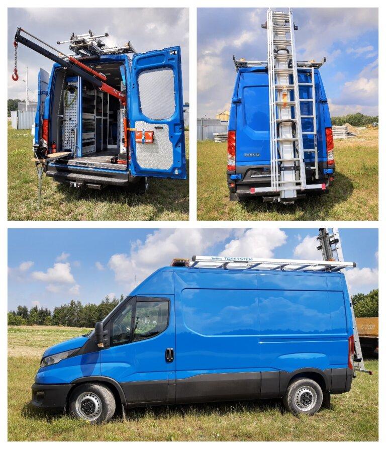 3 zdjęcia przedstawiają samochód mobilny warsztat, na 1 zdjęciu otwarte drzwi auta, z auta wystaje żuraw, sprzęt specjalistyczny na drzwiach apteczka i akcesoria do dezynfekcji, na drugim zdjeciu tył busa zamknięte drzwi a na nich mobilna rozkładana drabina, na trzecim zdjęciu bok auta w kolorze niebieskim