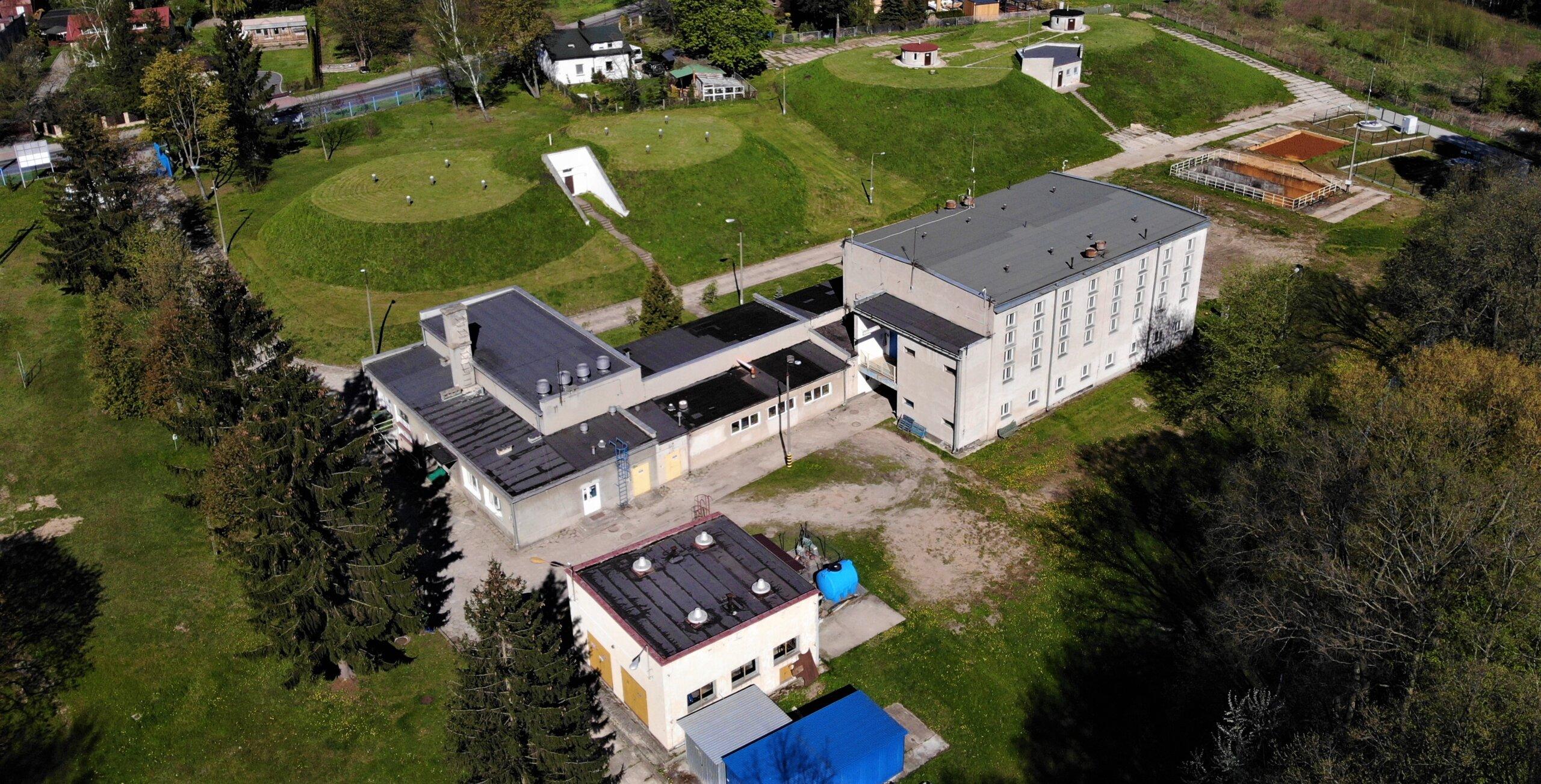 zdjęcie z drona Stacji Uzdatniania Wody, w tle budynek onbok studnia i teren zielony Stacji Uzdatniania Wody na ul. Waryńskiego w Skierniewicach